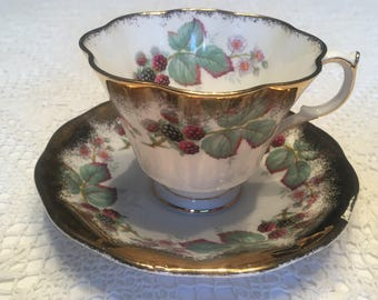 "QUEEN ANNE TEACUP & Saucer ""Blackberry"" 357 pattern Bone china Made in England 4A-204"