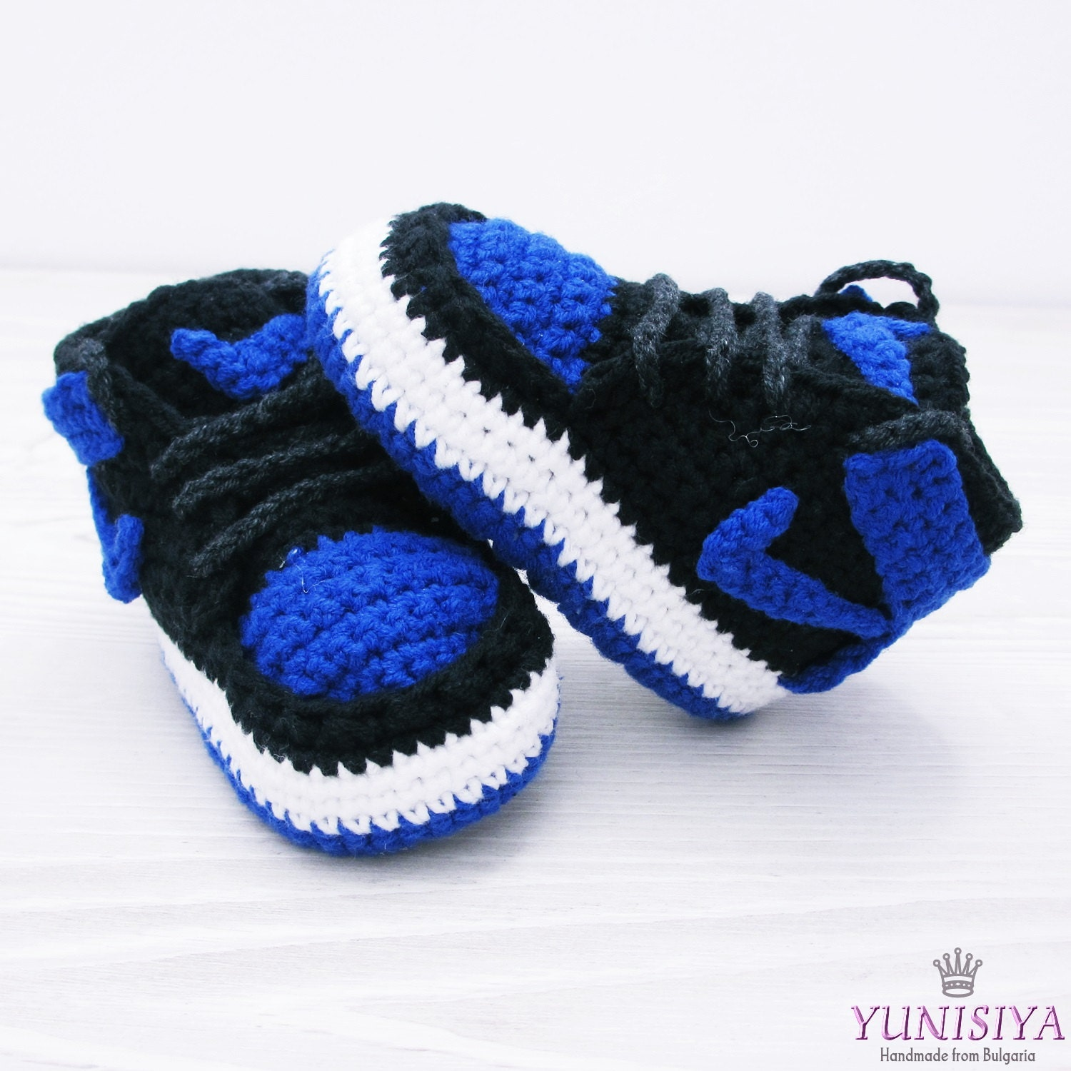 15 of the cutest baby booties' free crochet patterns. (including sandals, slippers, and others as well) These booties are little projects that can be finished quickly and without the need of too much yarn, making them a great option for last minute baby shower presents, you can even finish more than one pair in a day, or add them to something else to create a set or even a basket full of.