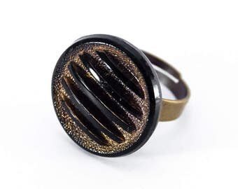 Adjustable statement ring made from a vintage glass button 40s brass black and gold colored - Hélène