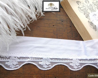 Lace to edges of womanizer