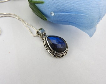Labradorite Pendant. Sterling silver. Labradorite. Jewelry. Jewellery. Gemstone. Pendant. Necklace. Gemstone. blue flash. Designer. 925.