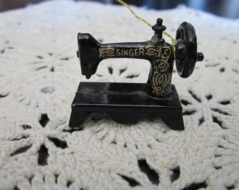 Miniature Metal Singer Sewing Machine (ornament or for doll house, etc)