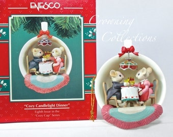 Enesco Cozy Candlelight Dinner Mice Treasury of Christmas Ornament 8th Cozy Cup Series Tea Cup Couple Love M. Gilmore Designs Lustre Fame