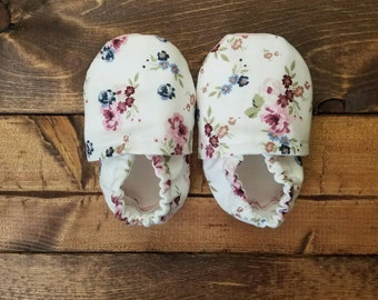 3-6 month floral baby crib shoes, infant fabric moccasins, cloth baby booties.
