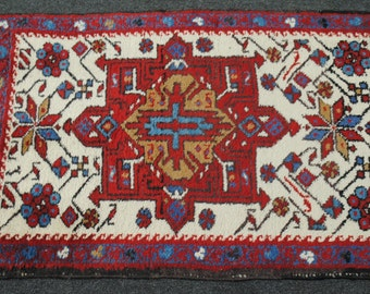 Small is authentic Persian rug wool hands size 87cmx60cm