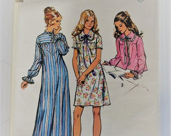 Vintage 1970's Simplicity sewing pattern 5083 - nightgown and bed jacket size Small (8-10)