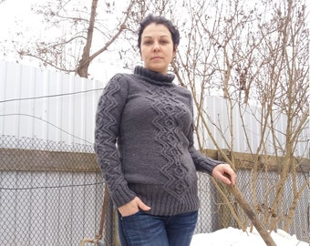 Sweater hand-knitted for women with acrylic thread.