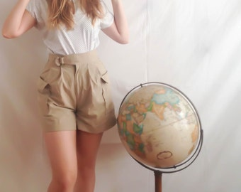 where in the world is carmen sandiego? applicable shorts . 1980s khaki tan high waisted shorts . cargo pockets . attached belt . size medium