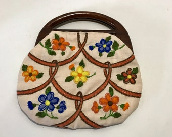 Vintage BERMUDA Purse with Off White Ivory Oatmeal Linen CREWEL Embroidered Needlework flowers BOHO hand bag with wood handle