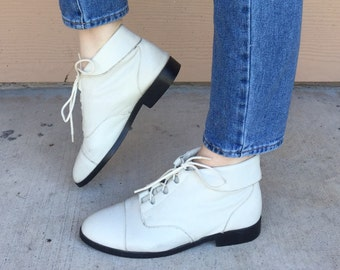Vintage White Leather Cuffed Lace Up Ankle Boots // Women's size 6.5 7