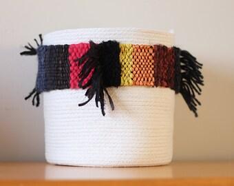 panier de coton avec bande tissée dans les tons de noir, rouille, marine, rouge, jaune