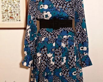 """70's/80's Blouse dress, pointed collar. Colors """"bleu pétrole"""" and azure blue. Pleated skirt. Modern and urban, bourgeois and chic. Elegant."""