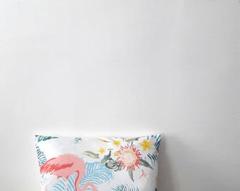 Housse de coussin Flamant rose en satin blanc| NEW home decor 2017 / Décoration d'intérieur | Salon & Chambre |  Design Tropical