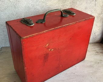 Vintage red wood box, primitive carrying case carpenters toolbox, art craft supply box, decorator rustic box, industrial decor farmhouse