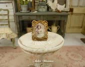 Shabby miniature picture holder in metal, Romantic distressed gold, Decorative accessory for a dollhouse in 1:12th scale