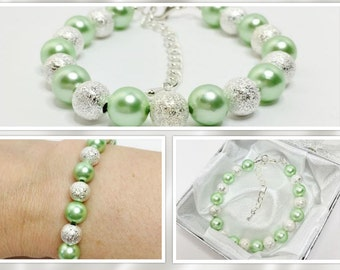 Mint Green Wedding Bracelet Mint and Silver Bridesmaid Gift Mint Bridal Party Gift Green Beaded Bracelet Mint Jewellery Shell Pearl Bracelet