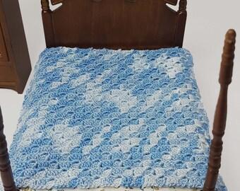 dollhouse blanket, crochet miniature blanket, blue dollhouse blanket, dolls house furniture, miniature collectables, dolls house blanket