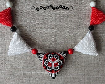 The beaded necklace of the triangles 1