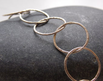 Modern and fine silver bracelet with interlaced hammered rings.
