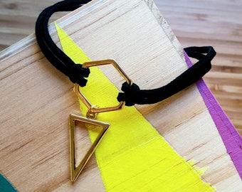 Collier ras du cou géométrique  triangle | acier et tissu | couleur dorée et noire | Idee Cadeau fille | Kawai Rock Heavy Metal