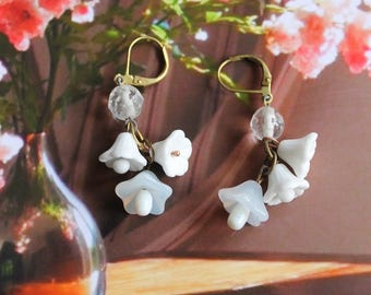 White flower earrings, white drops, floral dangles, crystal bead, bridal, glass, vintage assemblage, handmade in France, chez Sylvie/092