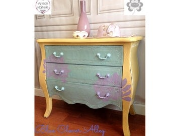 Shabby Yellow Bombe' Chest