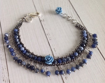 Mychau style bracelet with beads of sodalite blue jeans and little rose Central and final blue resin