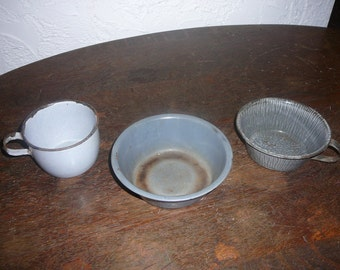 Vintage granite ware cups and bowl.