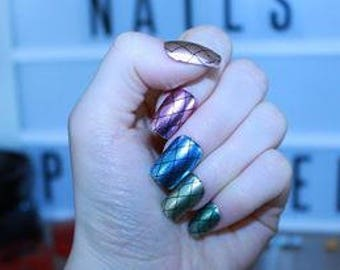 chrome pattern false nails