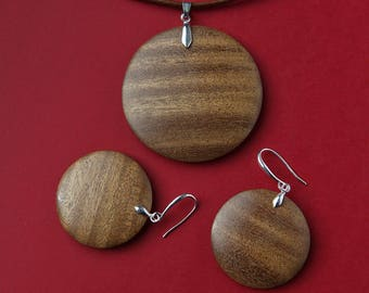 Pendant and earrings from African walnut.