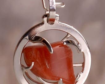 Innovation create Medallion Ø20mm, adorned with a red Hématoide, semi precious stone orange. Create: A rock crystal offered