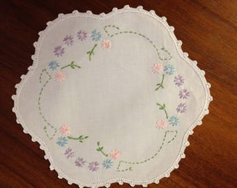 Vintage hand embroidered round scalloped doily, 22 cm pastel daisies