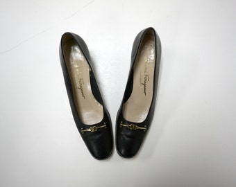 Salvatore Ferragamo . black leather pumps . size 9 1/2 . made in Italy