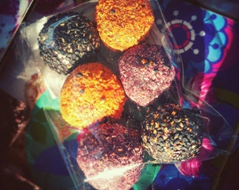 Limited edition: A six-pack with 6 raw vegan energy balls in purple, orange and black. Halloween treats