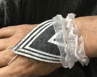 Womens/Teens Hypoallergenic/Eco-Friendly Stretch Cuff Bracelet in Grey Felt With Attached White Laced Stretch And Finger Stretch Band
