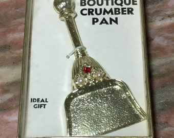 Vintage JEWEL CRUMBER PAN Gold Tone Crumb In Box 1970s Red Rhinestone, Faux Pearl Boutique Ideal Gift Metal Dustpan
