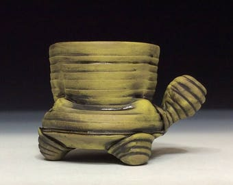 Matte mug with hollow feet and handle