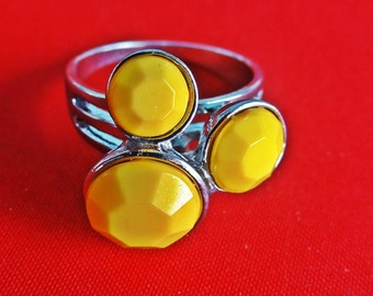 Vintage silver tone size 8.75  ring with bright yellow lucite stones in great condition,appears unworn