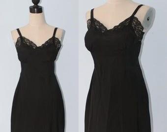 50% OFF SALE Vintage 1940s Black Lace Lingerie Slip . 40s 50s Barbizon Crepe Bombshell Femme Fatale Full Slip . Sz Small Medium