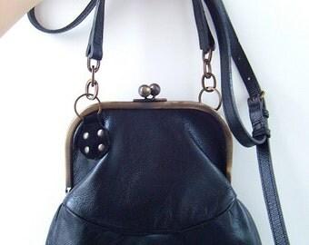 Sac bourse style rétro en cuir de chèvre tannage végétal à fermoir boules, doublé coton Liberty / Rétro leather purse clasp