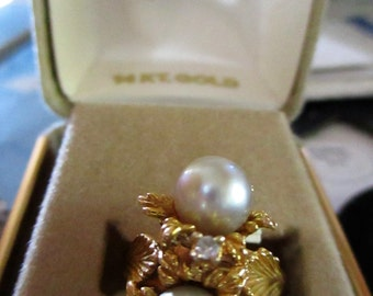 14K solid Gold 1970's cocktail ring with two cultured pearls & a Diamond (8.922 Grams)