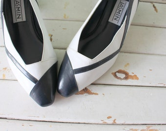 1960s NAVY and WHITE Two Toned Classic Pumps..size 10 womens..jasmin heels. nautical. mod. mad men. hollywood. retro. mod. designer vintage