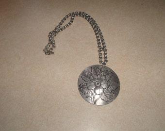 vintage necklace silvertone hammered aluminum etched dogwood flower