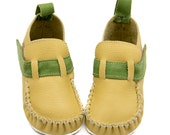 Light yellow moccasins, rubber sole, velcro fastening. Appropriate for Baptism, support barefoot walking, sizes EU 18 to 31 - US 3.5 to 12.5