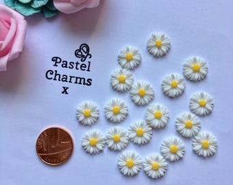 Pack of 10 resin daisy , daisies embellishment