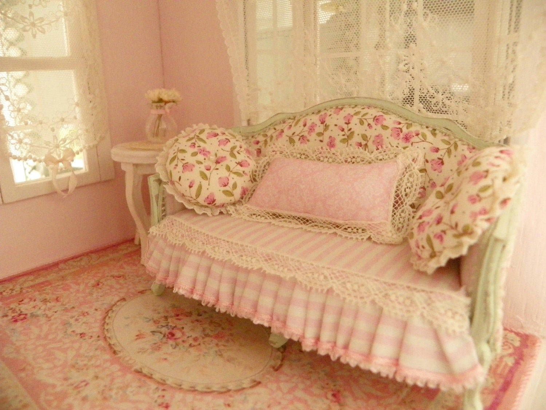 shabby chic sofa pour chelle 1 12 me maison de poup es. Black Bedroom Furniture Sets. Home Design Ideas