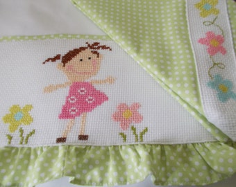 Bedding crib girl embroidered in cross stitch.
