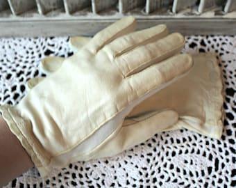 Vintage gloves. White. Leather gloves. Riding gloves. 1950s. Cute!