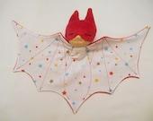 Doudou super héros, chauve souris, bat doudou rouge