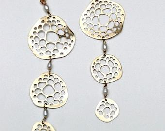 """boucles d'oreilles """"trois éponges"""" laiton, perle de culture/ """"three sponges"""" brass earrings"""